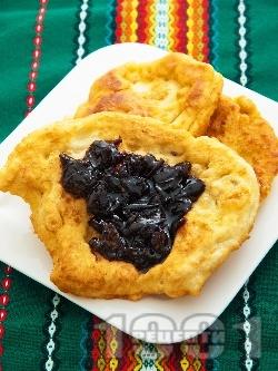 Лесни и вкусни домашни мекици с кисело мляко и бакпулвер (обикновени, класически, със сода, без мая) - снимка на рецептата